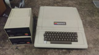 Apple Ii 2 Plus W/2 Floppy Drives