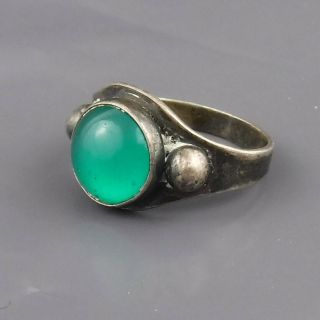 Vintage Sterling Silver Ring W Emerald Green Round Stone Feature - Size J